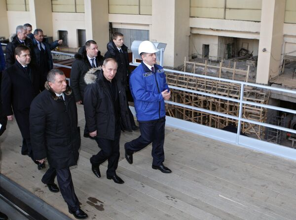 Премьер-министр РФ Владимир Путин на Саяно-Шушенской ГЭС