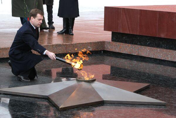 Президент РФ Д.Медведев принял участие в церемонии возвращения Вечного огня в Александровский сад