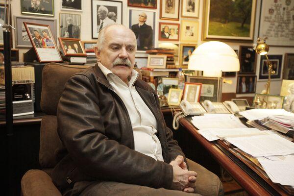 Никита Михалков в рабочем кабинете