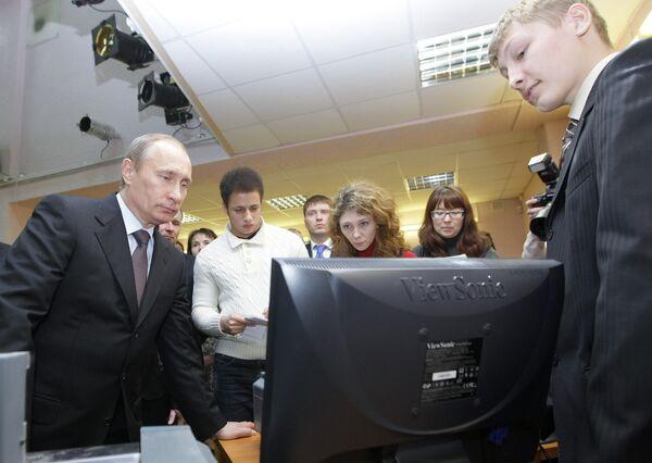 Премьер-министр РФ Владимир Путин посетил одну из тюменских школ