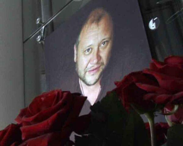 Поклонники Юрия Степанова несут цветы к театру, где он играл