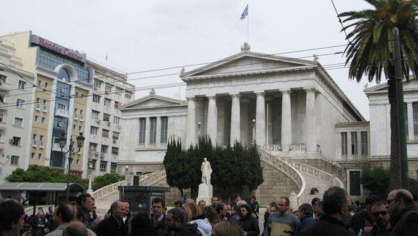 Работники бывшей государственной авиакомпании Olympic Airlines блокируют одно из зданий Минфина Греции