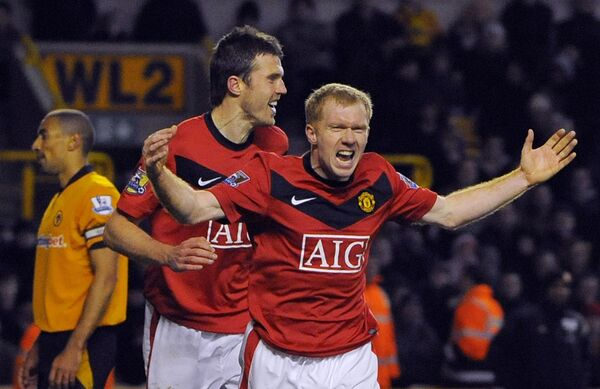 Пол Скоулз (Манчестер Юнайтед) празднует гол в ворота Вулверхэмптона