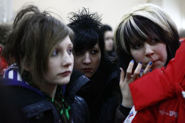 Зрители группы Tokio Hotel в офисе компании - организатора концерта