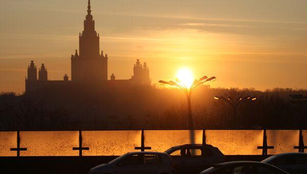 Вид на здание Московского государственного университета. Архив