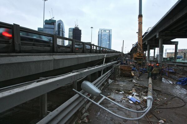 Металлическая конструкция упала со строящегося участка третьего транспортного кольца на его пересечении со Шмитовским проездом