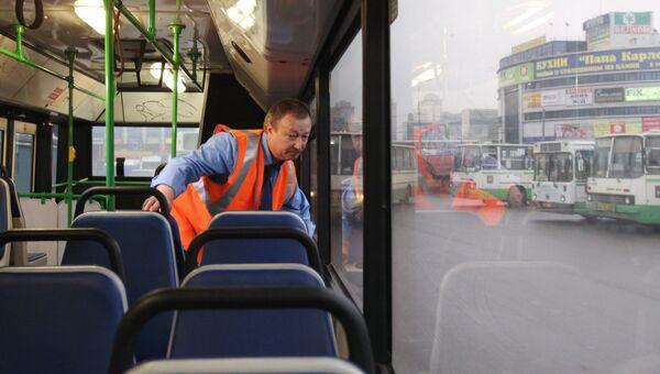 Осмотр салона автобуса. Архивное фото