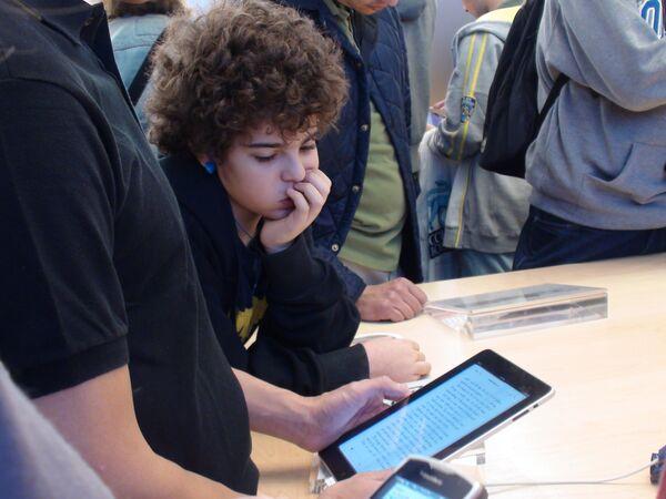 Планшет Apple iPad стал главным конкурентом ридера Amazon Kindle