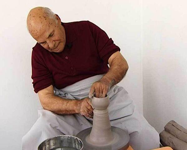 Итальянские мастера учат лепить вазы и отмачивать золото в уксусе