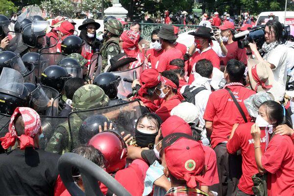 Столкновение демонстрантов с полицией в Бангкоке. Архив