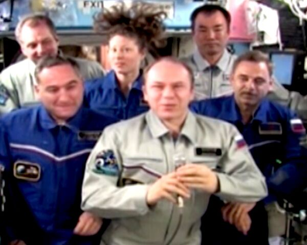 Медведев провел телемост с экипажем МКС
