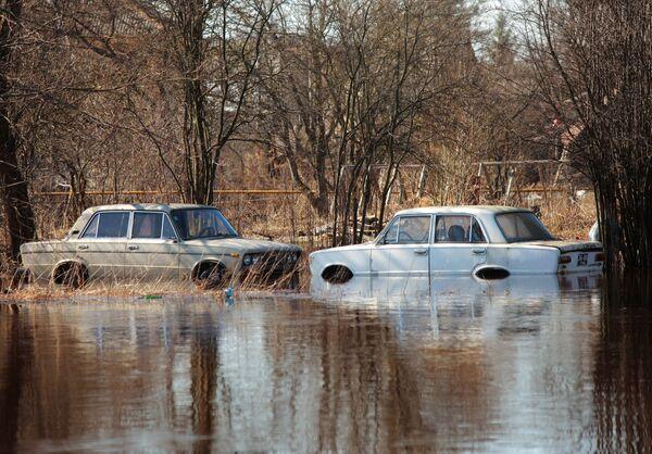 Автомобили, подтопленные в результате весеннего паводка. Архив