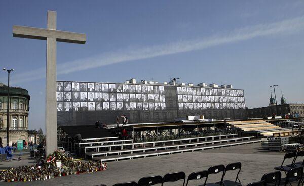Подготовка к церемонии прощания с погибшими в результате авиакатастрофы под Смоленском