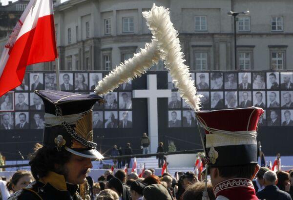 Сотни тысяч поляков собираются Варшаве на площади Юзефа Пилсудского на траурную церемонию прощания с погибшими в авиакатастрофе под Смоленском