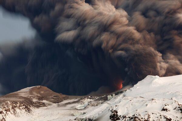 Извержение вулкана Эйяфьятлайокудль в Исландии
