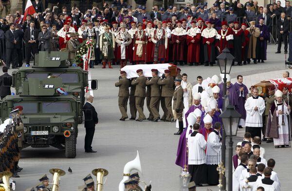 Траурная процессия с гробами президента Польши Леха Качиньского и его супруги Марии