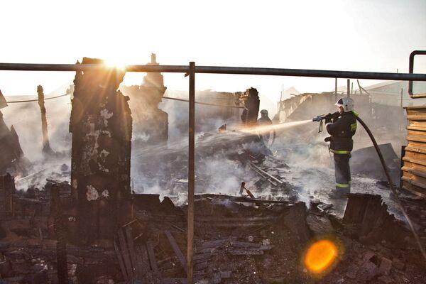 Спасатели МЧС потушили пожар. Архив