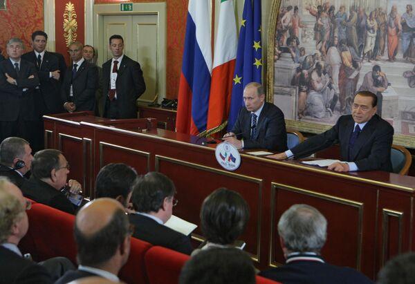 Пресс-конференция премьер-министров РФ и Италии Владимира Путина и Сильвио Берлускони. Архив