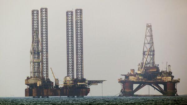Нефтяные платформы в Каспийском море. Архивное фото
