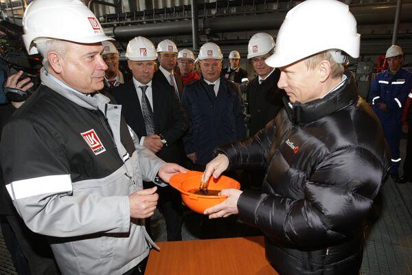 Премьер-министр РФ Владимир Путин посетил стационарную нефтяную платформу ОАО ЛУКОЙЛ