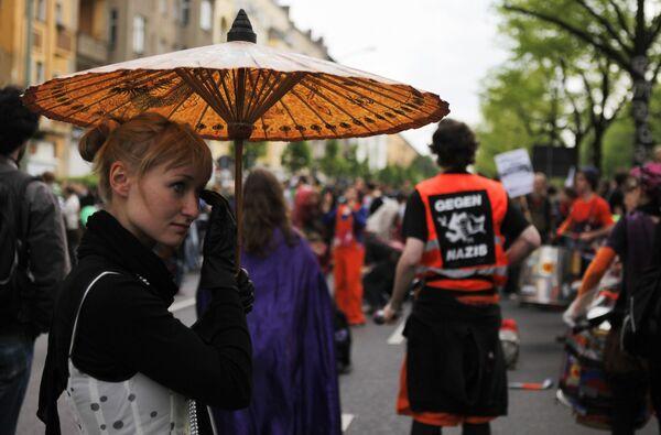 Люди блокируют улицы в Берлине, чтобы помешать маршу ультра-правых движений