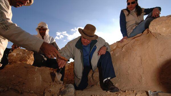 Египетская археологическая миссия обнаружила обезглавленную гранитную статую одного из правителей эпохи Птолемеев
