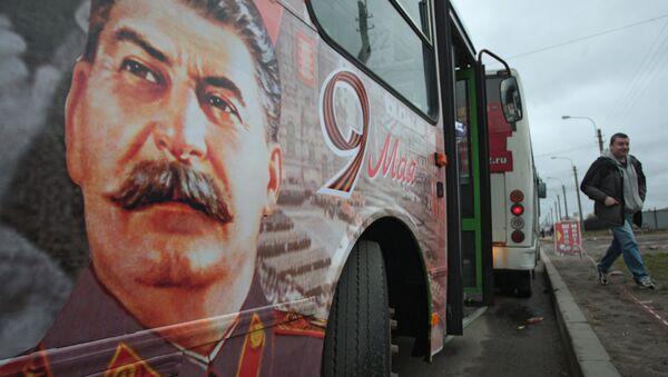 Автобус с портретом Иосифа Сталина