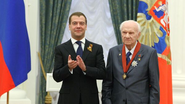 Анатолий Савин с Дмитрией Медведевым на награждении в Кремле. Архивное фото