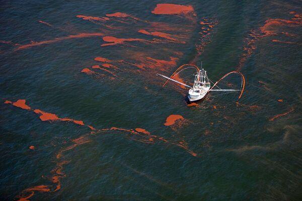 Нефтяное пятно, образовавшееся после пожара и затопления буровой установки Deepwater Horizon в Мексиканском заливе