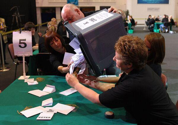 Подсчет голосов на одном из избирательных участков в Великобритании