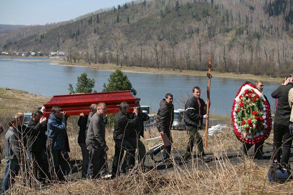 Похороны шахтеров, погибших на шахте Распадская, прошли в Междуреченске