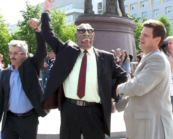 Человека в маске вампира поймали в центре Екатеринбурга
