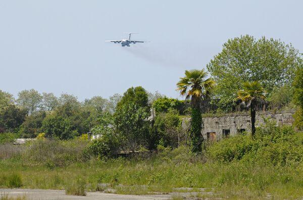 Самолет Ил-76 приземляется в Сухумском аэропорту. Архив