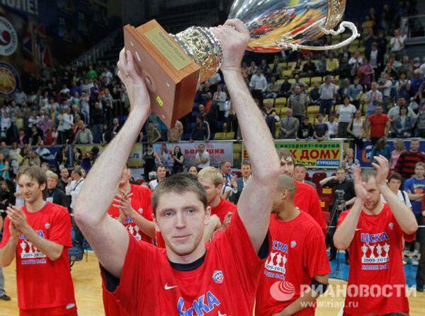 Виктор Хряпа (в центре на снимке)