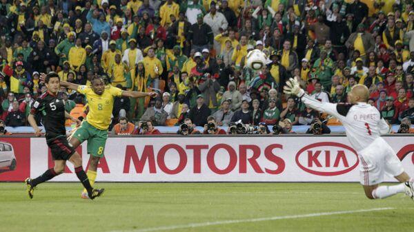 Игровой момент матча ЮАР - Мексика