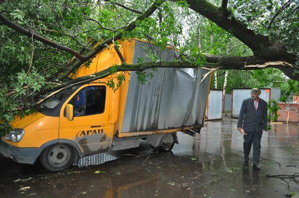Последствия грозы на улице Чусовской в Москве 13 июня 2010 г.