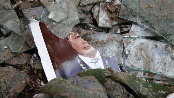 Порванный портрет президента Киргизии Курманбека Бакиева у здания Генеральной прокуратуры. Архив
