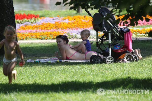 Жаркая погода установилась в Москве