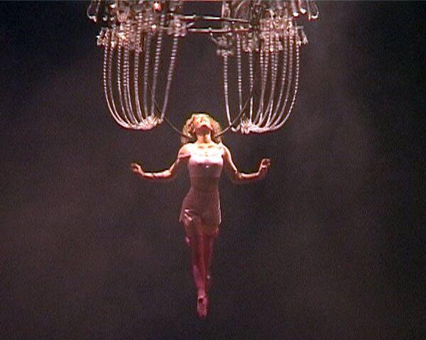 Cirque du Soleil удивил зрителей полетами на люстрах