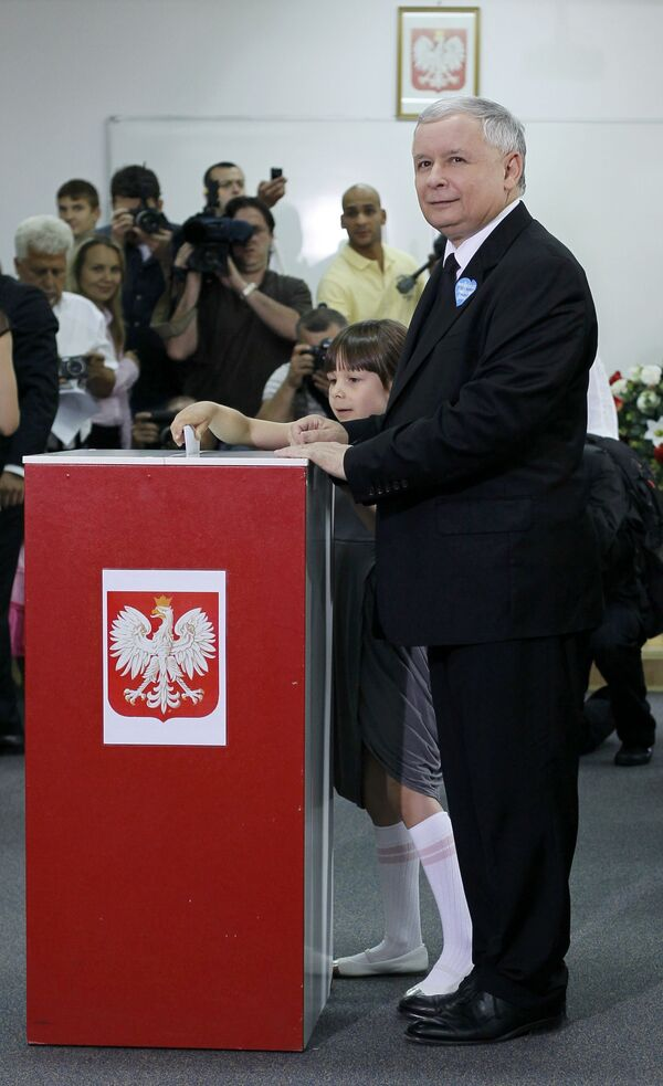 Ярослав Качиньский вместе с внучкой Леха Качиньского во время голосования