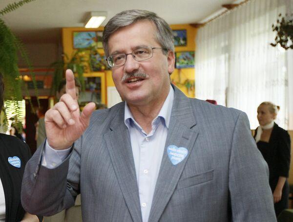 Борислав Коморовский на избирательном участке