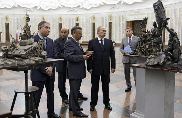 Премьер-министр РФ Владимир Путин ознакомился с лучшими проектами памятника В борьбе против фашизма мы были вместе