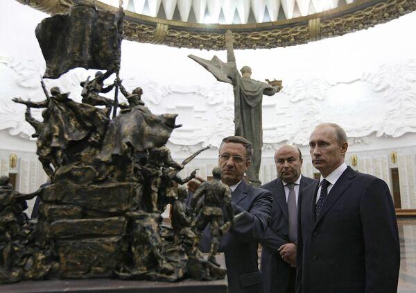 Премьер-министр РФ Владимир Путин ознакомился с лучшими проектами памятника В борьбе против фашизма мы были вместе. Архив