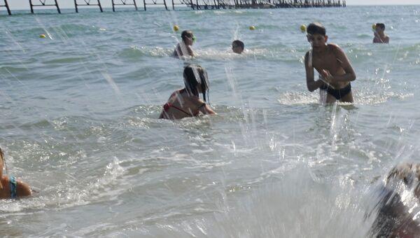Дети купаются. Архив