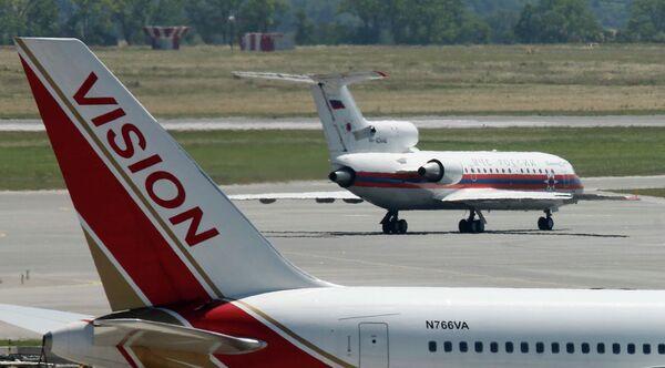 Самолет с 10 задержанными россиянами на борту