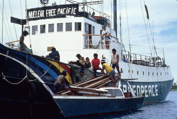 Флагманское судно экологической организации Гринпис Воин Радуги