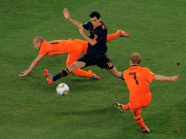 Игровой момент матча Голландия - Испания