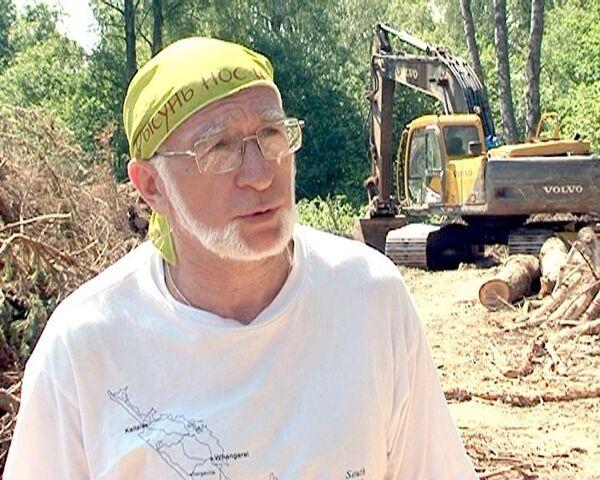 Защитники Химкинского леса требуют остановить вырубку деревьев