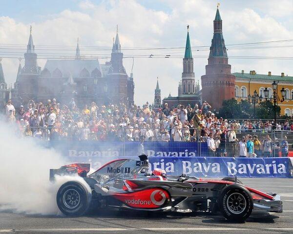 Болиды Формулы-1 на огромной скорости пронеслись рядом с Кремлем