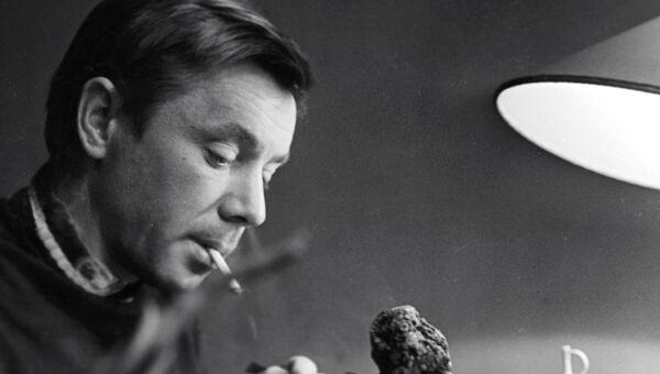 Советский артист Олег Анофриев вырезает различные фигурки из древесных корней. 1964